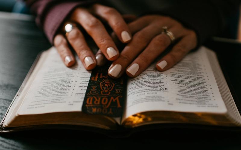 Hände auf Buch