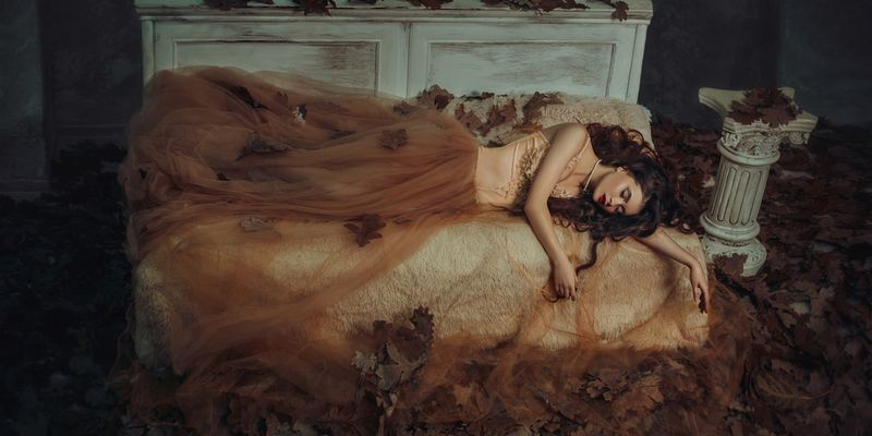 Frau schläft auf Stein Schlafkultur