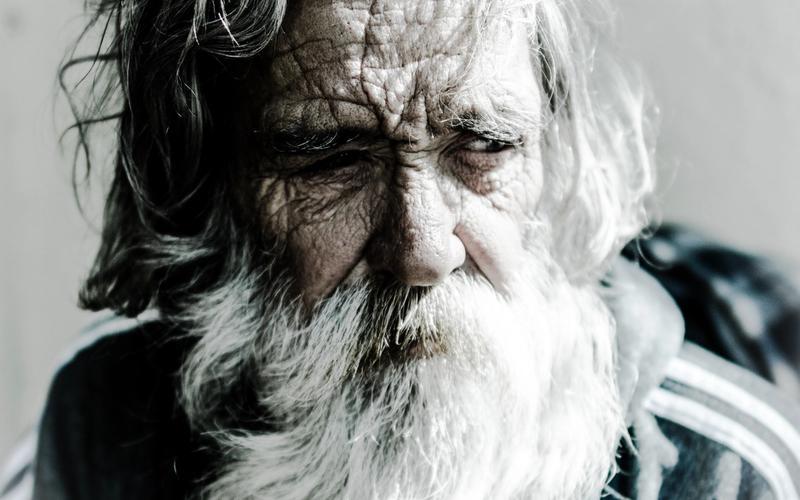 alter Mann polyphasisches Schlafen