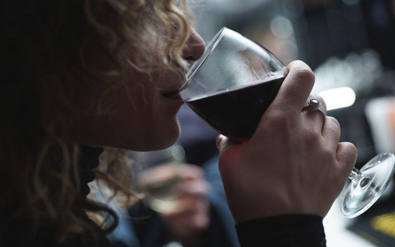 Rotwein trinkende Frau