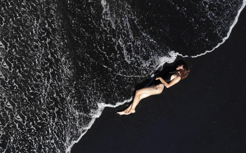 Schlafende Frau im Meer