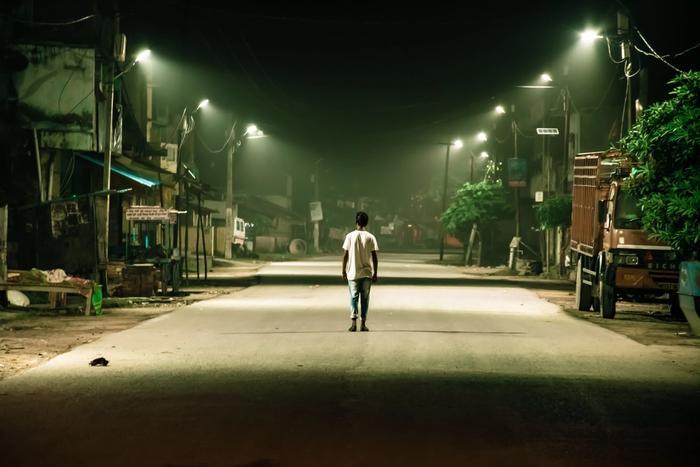 Mann schlafwandelt auf Straße Schlafwandeln