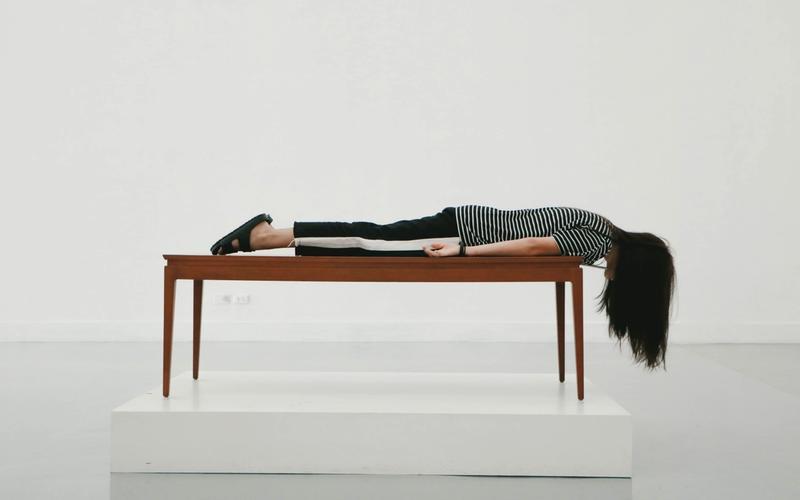 Frau schläft auf Tisch.