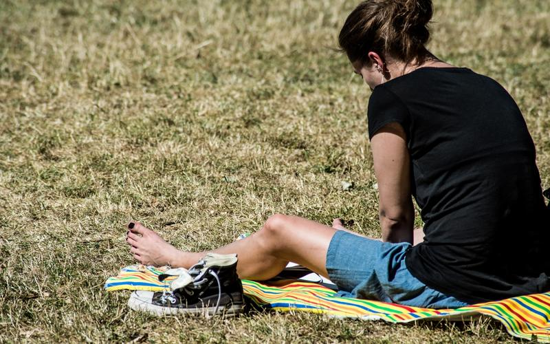Frau in der Sonne sitzend