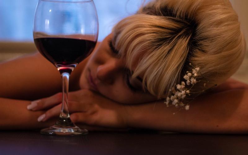 aus Bett fallen Schlaf Alkohol Frau Wein