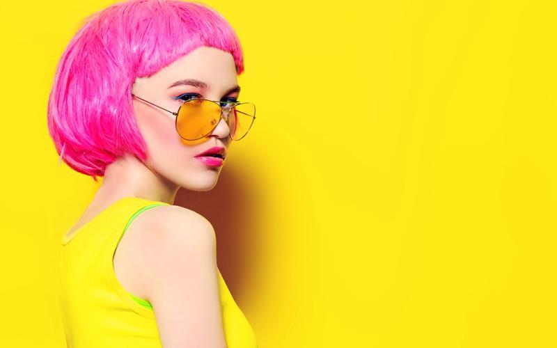 Popstar mit Blaulichtfilterbrille