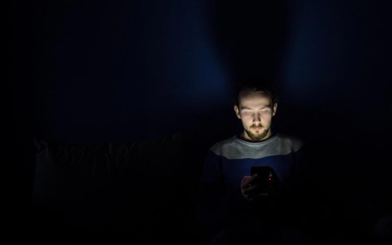 Schlaftipps Mann Nacht Smartphone