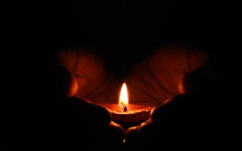 Schlaftipps Kerze Entspannung dunkel
