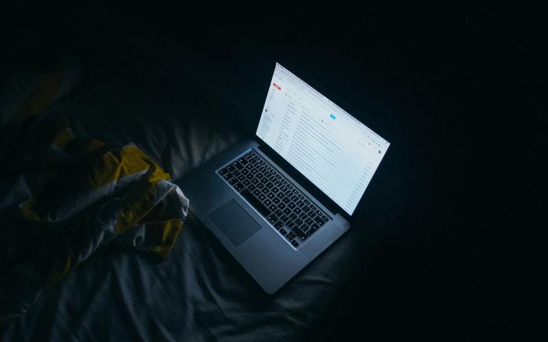 Laptop auf Bett