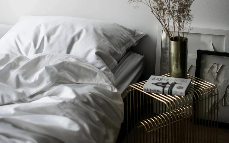 Bild mit weißer Bettwäsche