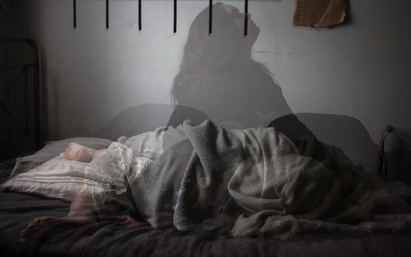 Frau schlaflos im Bett