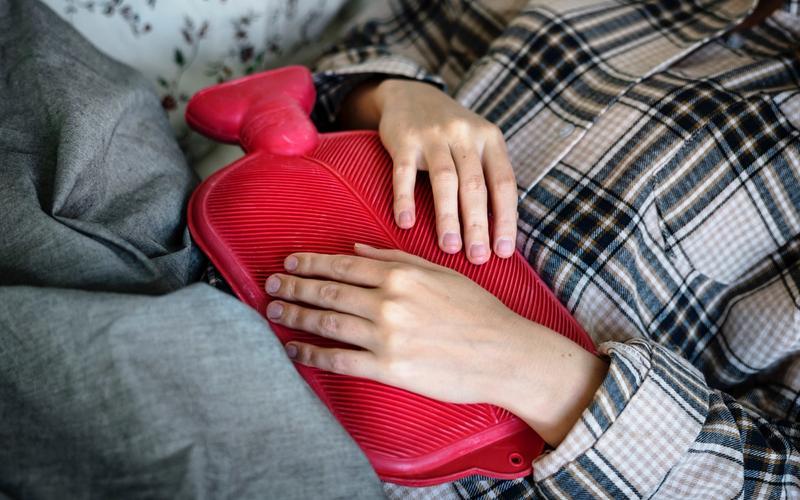 Schlaf Männer Frauen Unterleibschmerzen Menstruation Wärmflasche rot