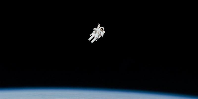 Astronaut*in im Weltraum