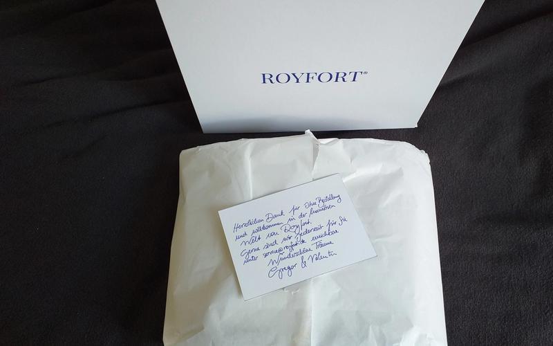 Bettwäsche von Royfort vor dunklem Hintergrund