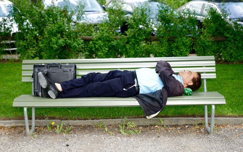 Mann schläft auf Bank Schlafkultur
