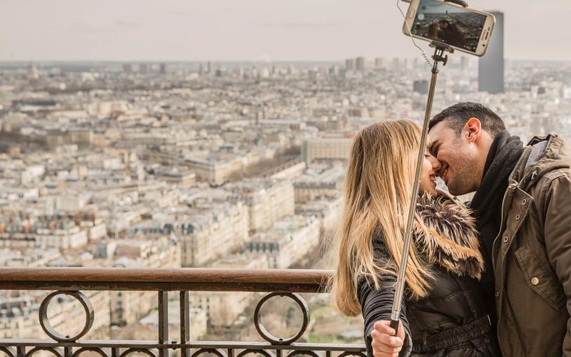 Pärchen posiert vor romantischer Kulisse für ein Selfie