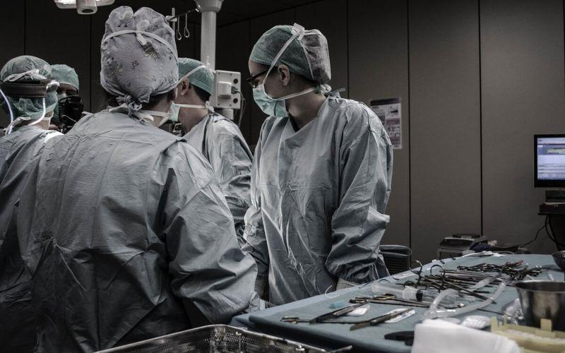 Chirurgen im OP rezeptpflichtige Arzneimittel