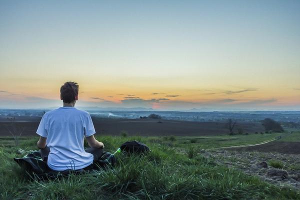 Mann meditiert