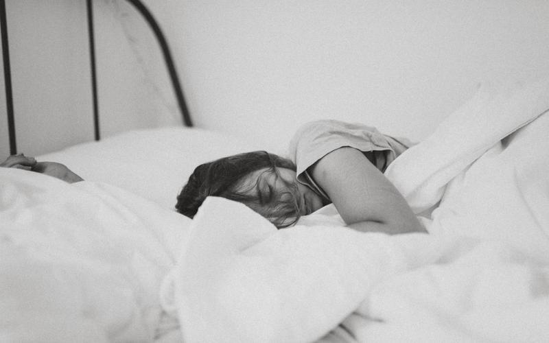 Frau schlafend im Bett
