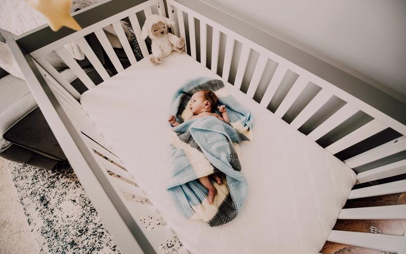 aus Bett fallen Schlaf Baby Gitterbett