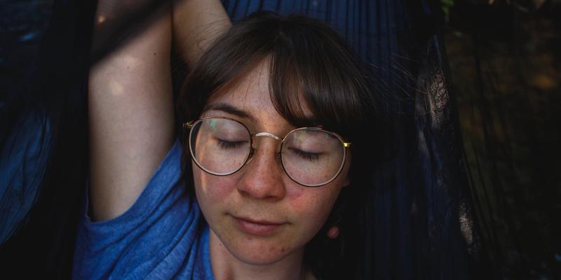 Entspanntes Mädchen mit Brille