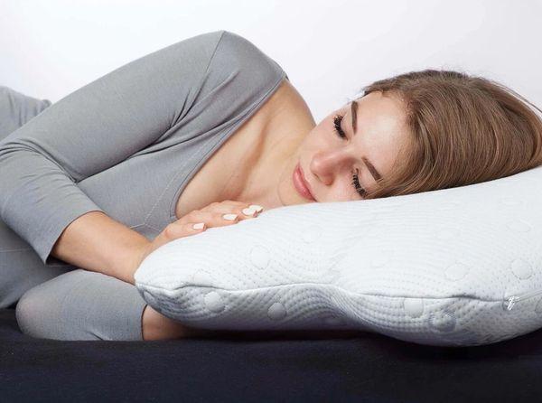 Frau schläft auf Seitenschläferkissen ACAMAR