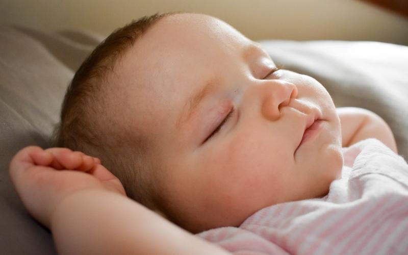 Baby schlafend polyphasisches Schlafen