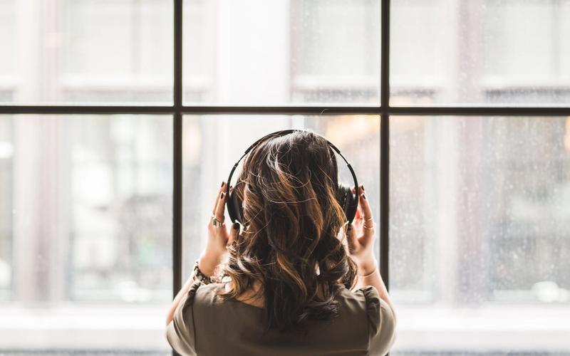 Musik Schlafmittel Frau mit Kopfhörern