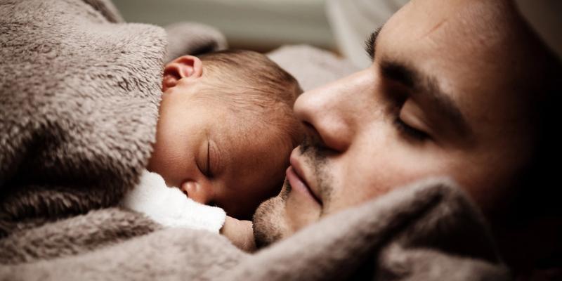 Schlaftipps Mann mit Baby