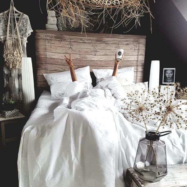 Bett mit weißer Bettwäsche von Royfort