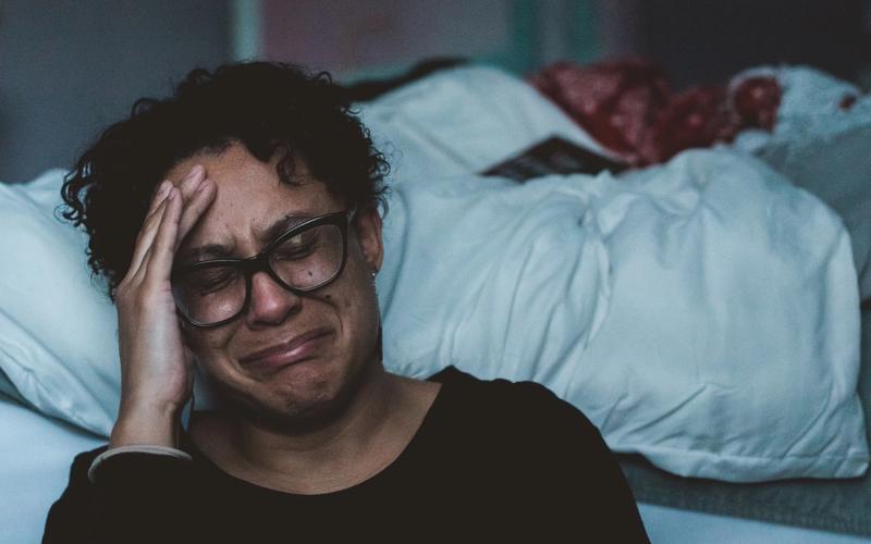Schlafstörungen und Depressionen: Frau weinend.