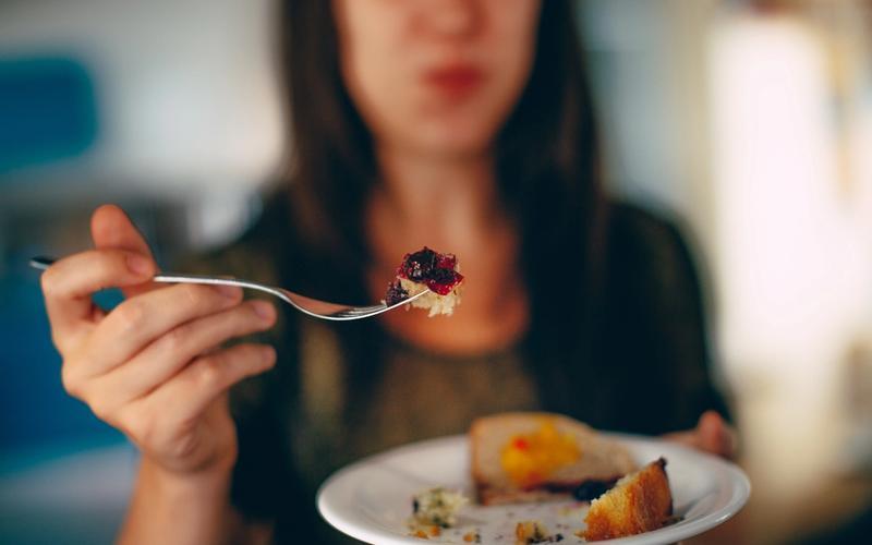 Frau isst Kuchen