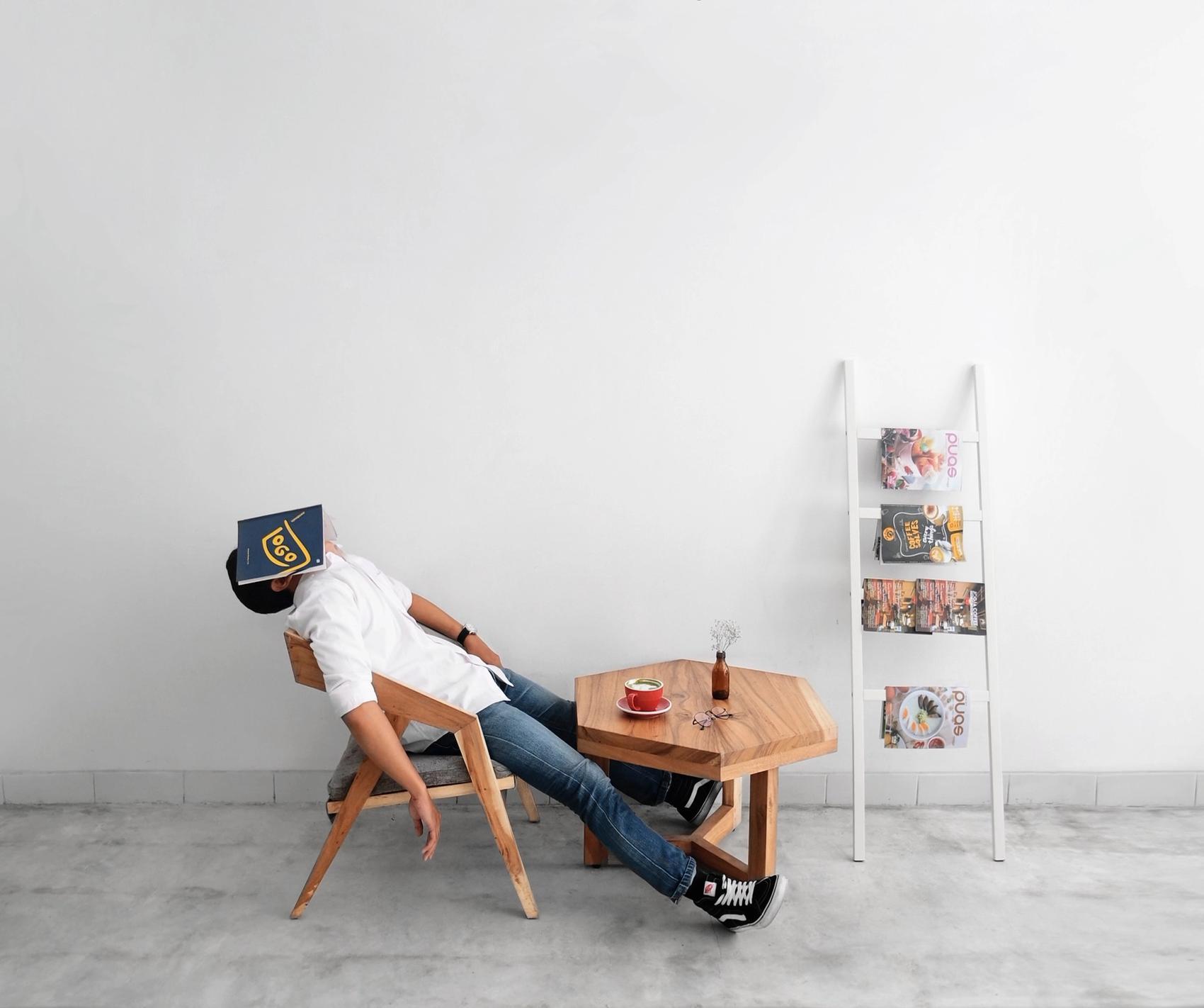 Mann schläft auf Stuhl Narkolepsie