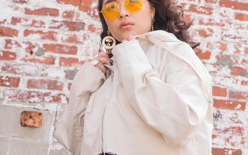 Frau mit Blaulichtfilter-Brille