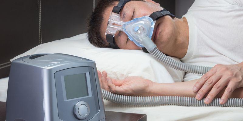 Schlafapnoe Mann mit nCPAP-Maske