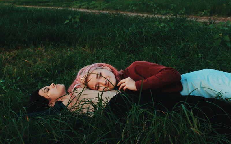 Paar schläft im Gras