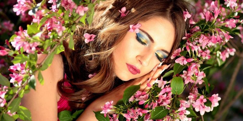 Schönheitsschlaf Frau Blumen schlafend