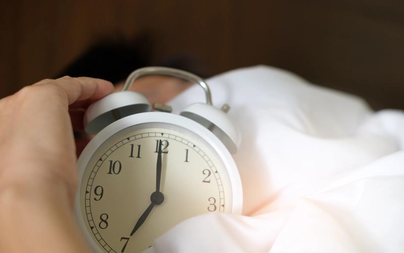 Wecker im Bett polyphasisches Schlafen