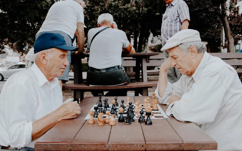 Zwei ältere Männer spielen Schach.