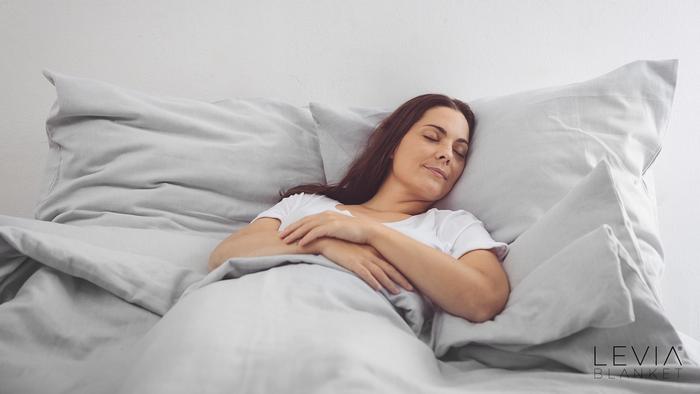 Gewichtsdecke Levia, Frau im Bett