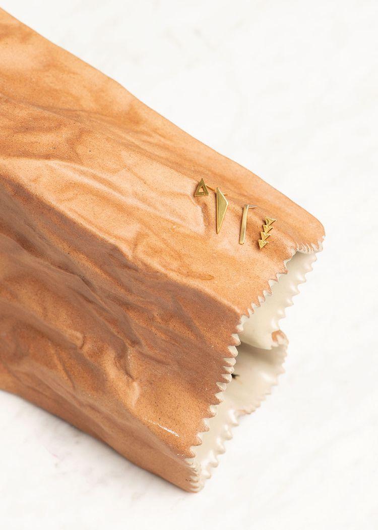 "Secondary product image for ""Örhänge Asymmetrisk Triangel Guld"""