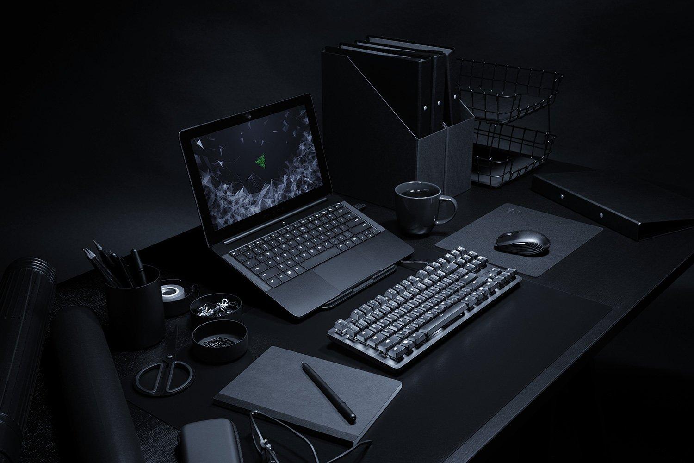 Bureau avec un ordinateur et un clavier pour développeur