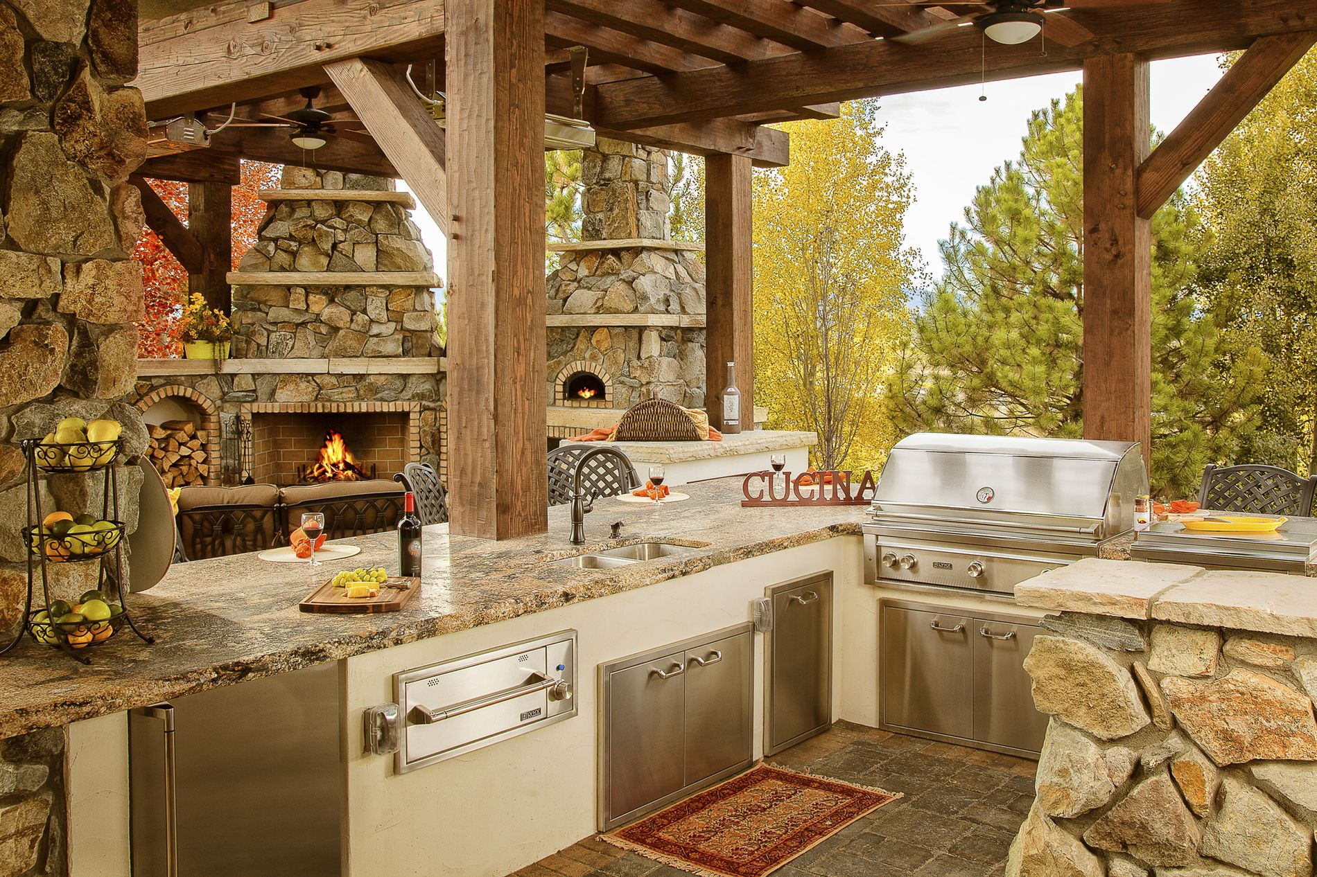 Outdoor Kitchen, fire place, and pizza oven