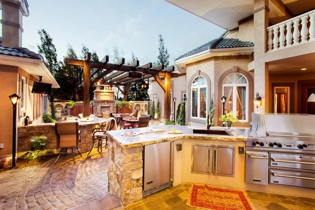 Outdoor Kitchen with Courtyard Paver Patio
