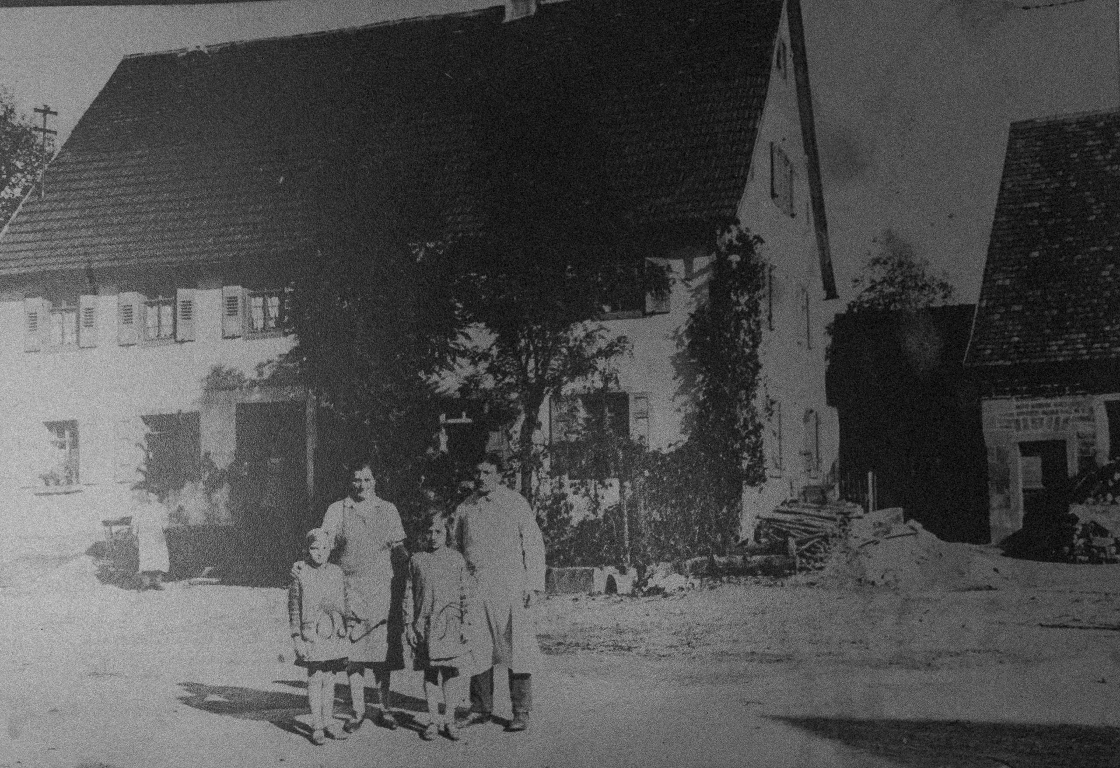 """Familie Trunzer kauft den """"Grünen Baum"""" und eröffnet an Maria Himmelfahrt eine Metzgerei."""