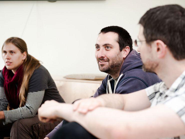 Bild von Mitarbeitern in einem Meeting