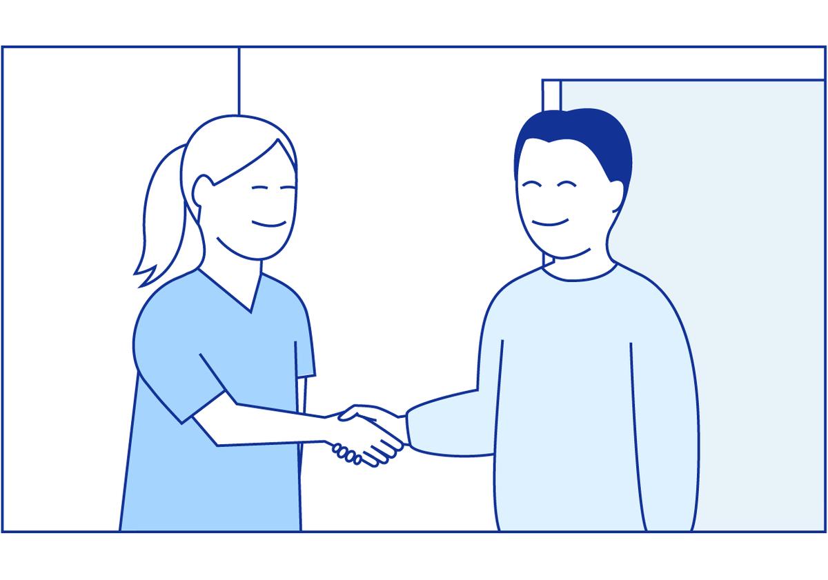 En sykepleier hilser på pasienten ved dørstokken deres.