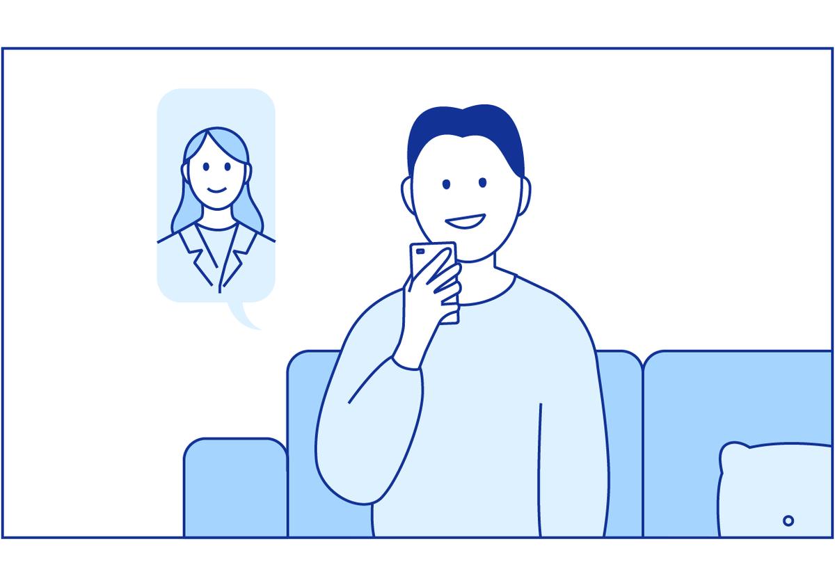 Pasienten sitter i sofaen sin og har en videosamtale med legen.
