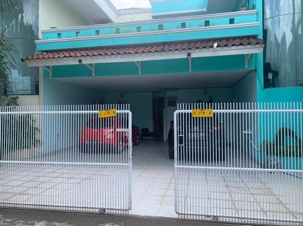 Teras halaman rumah di Bintara Jaya Permai