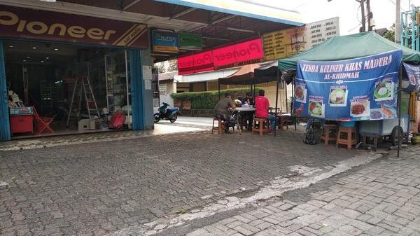 Lapak usaha murah pinggir jalan di Ciputat Jakarta Selatan
